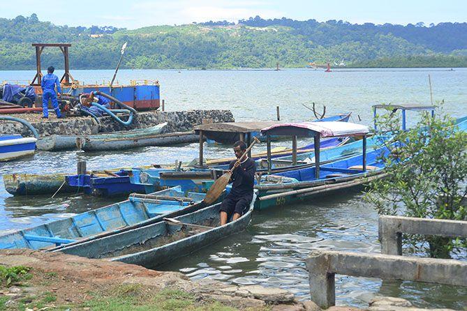 Aktivitas Nelayan di Dermaga Sleko