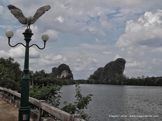 Rio de Krabi e as rochas Khao Kanab Nam
