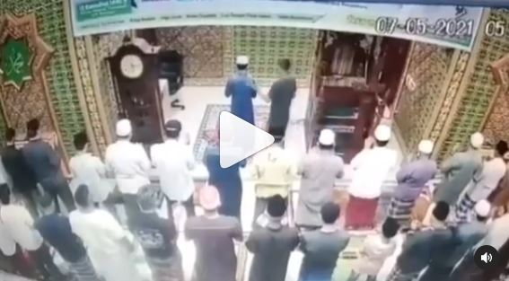 Video Viral, Pria Pukul Imam Masjid Saat Shalat Subuh