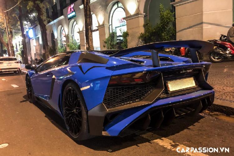 Lamborghini Aventador SV Roadster gần 40 tỷ dạo phố đêm Sài Gòn