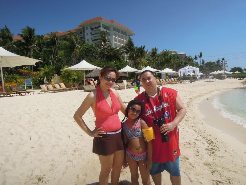 A family at the beach of Shangri-La's Mactan Resort and Spa