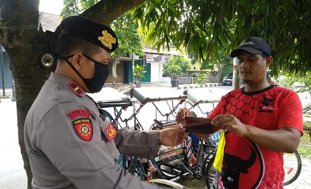 Polisi Buru Tukang Becak Di Purbalingga, Ternyata Bagi-bagi Masker