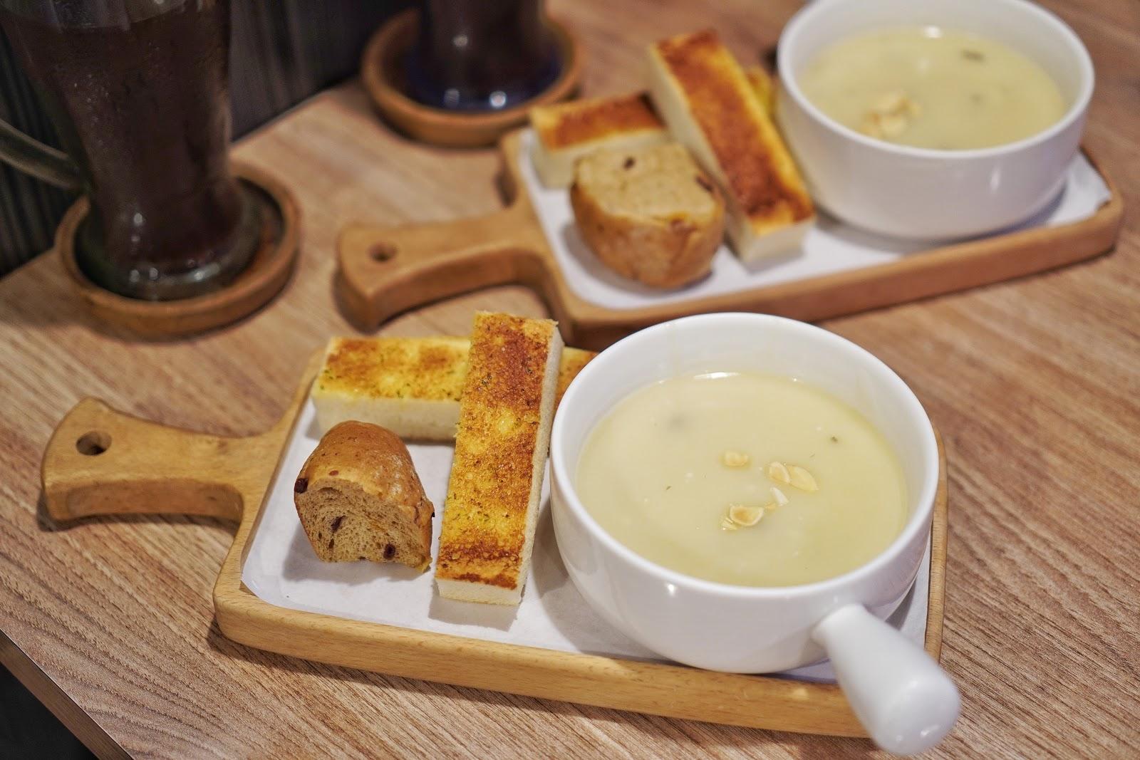 台南中西區美食【丹妮牛排】附餐麵包及濃湯