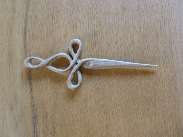 verschlungener Haardolch aus Holz geschnitzt, Haarschmuck