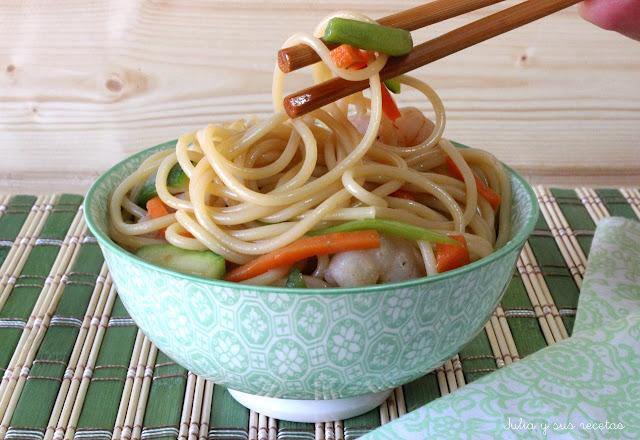 ESpaguetis con gambas y verdura. Julia y sus recetas