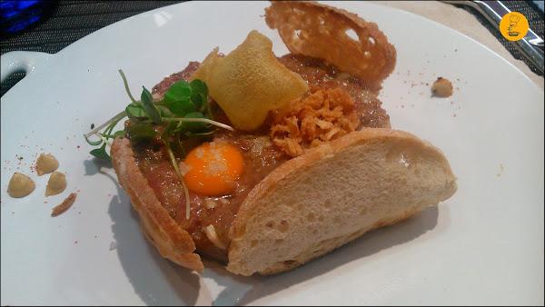 Steak-Tartar; con crema de mostaza, almendras y caviar de trufa. Restaurante Tres Bocas Madrid