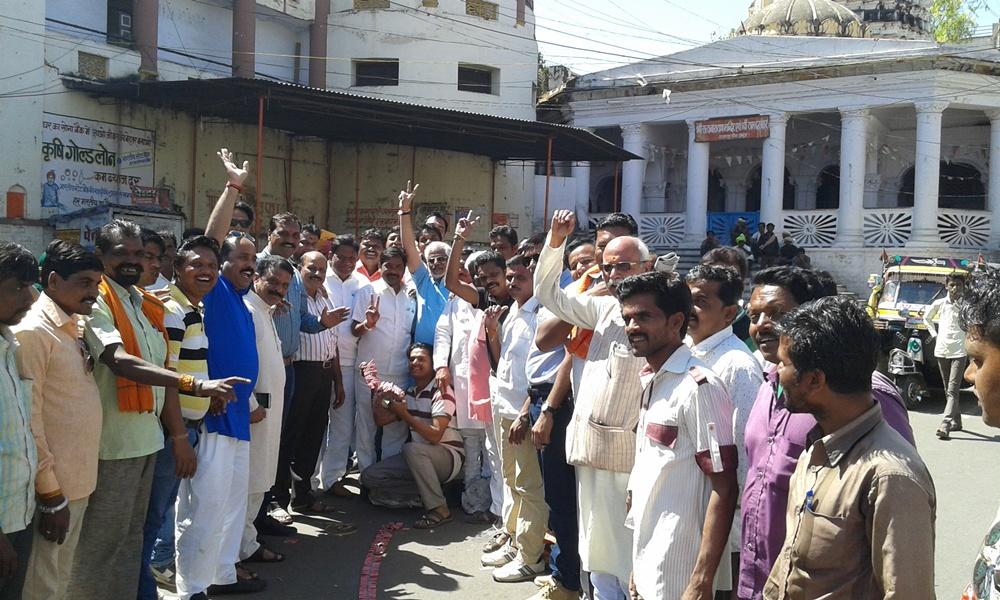 BJP-win-in-Maharashtra-महाराष्ट्र निकाय चुनाव की ऐतिहासिक जीत पर भाजपा ने की आतिशबाजी