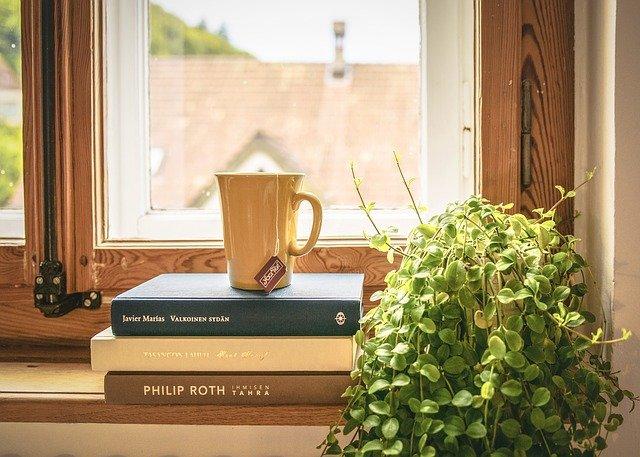 baca buku ditemani kopi