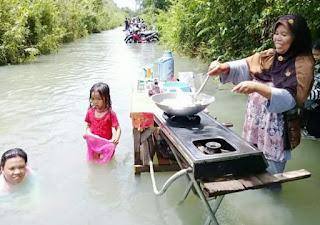 Meme Banjir Jakarta 2020 Masak Di Tengah Banjir