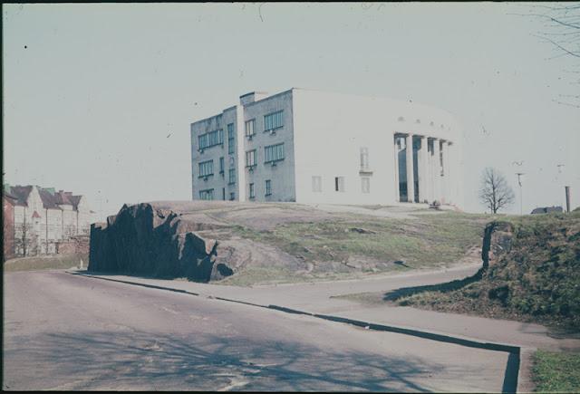 Viipurin taidekoulu ja -museo, etualalla kalliota. Värivalokuva.