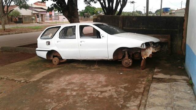 Na porta da Igreja! Carro estacionado na frente de igreja tem todos pneus furtados!