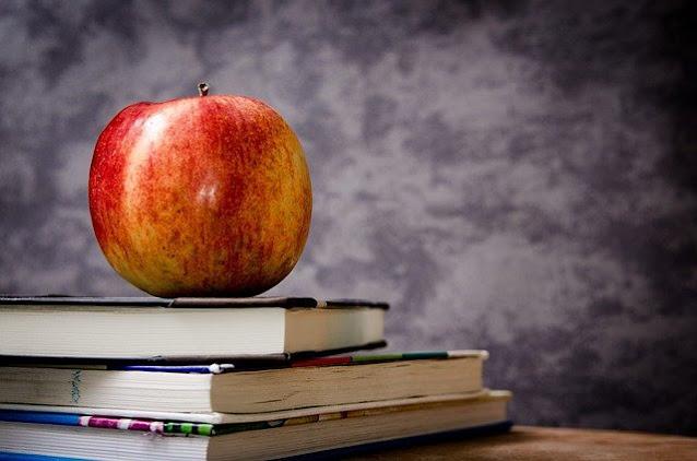 gambar apel di atas buku