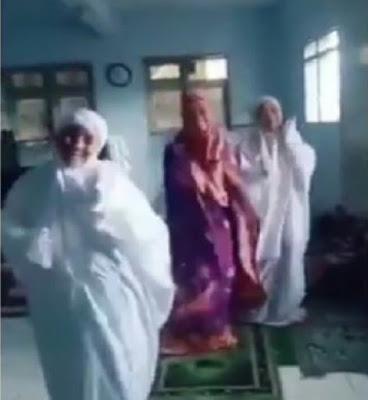 Heboh, Tiga Perempuan Joget Saat Akan Shalat Viral Di Media Sosial