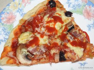 Pizza reteta cu de toate de casa cu blat pufos retete cuptor ceapa ardei ciuperci branza masline salam sunca ketchup mancare gustare legume carne,