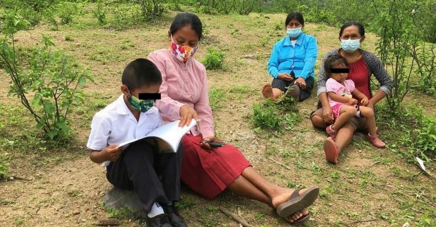 Escolares de Lambayeque escalan loma para captar señal de internet