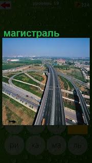 по центру проходит магистраль и боковые вспомогательные дороги