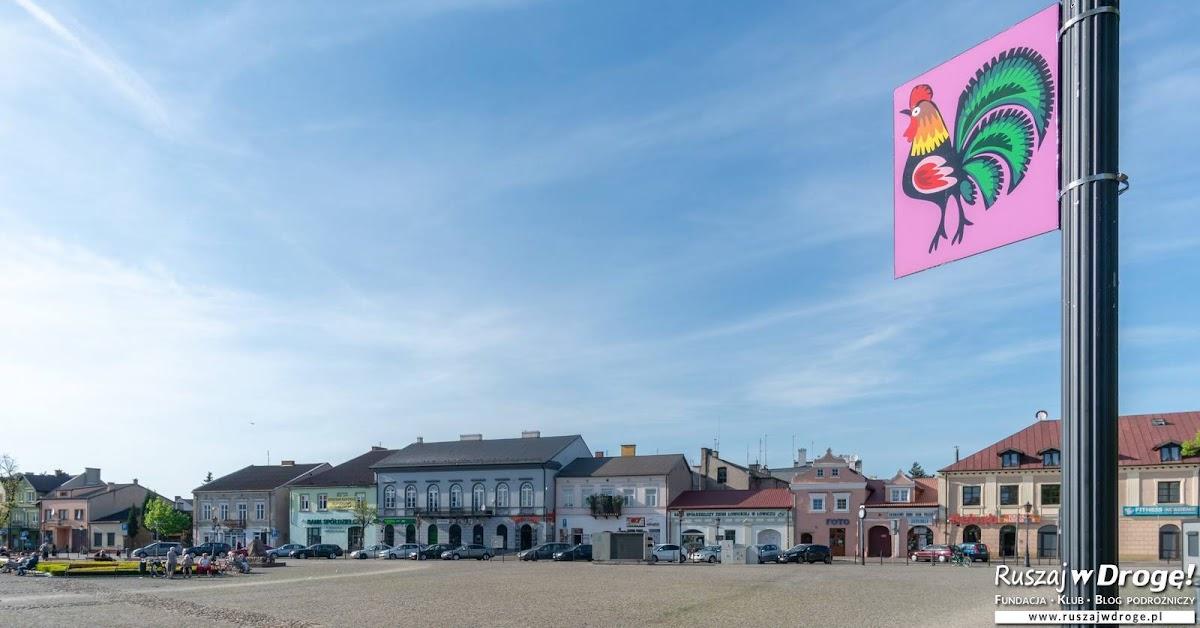 Nowy Rynek w Łowiczu - latarnie zdobią łowickie koguty z wycinanek