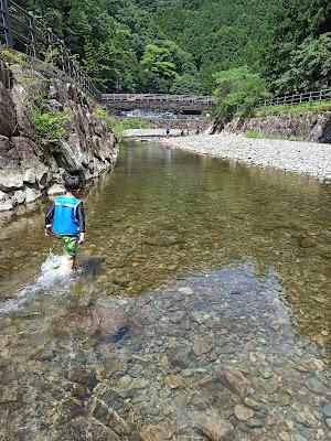 膝くらいの深さの川の流れ