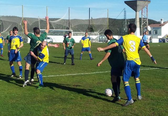 e161ae8f3 En el 41 llegaba el penalti a Juanjo y Paquito, uno de los destacados, se  encargaría de inaugurar el marcador. (1/0).
