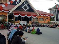 Aksi Protes Penjualan Jas Almamater Ilegal