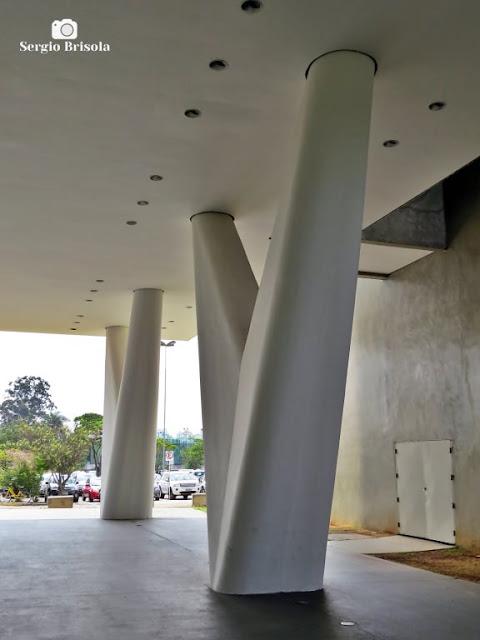 Vista dos pilares do Museu de Arte Contemporânea - USP - Vila Mariana - São Paulo