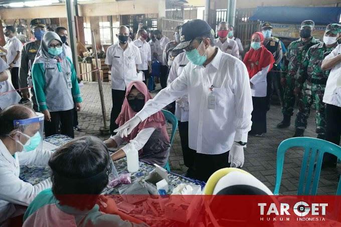 Tinjau Rapid Test Pasar Juwana Baru, Bupati Haryanto Ajak Pedagang Tertib Pakai Masker