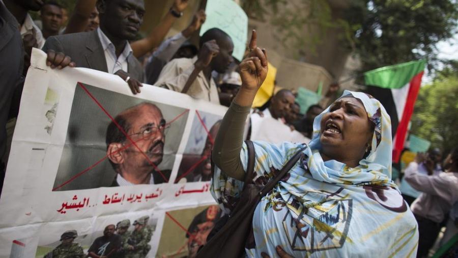 الجيش السوداني يعلن اقتلاع النظام واعتقال البشير ومجلس عسكري انتقالي لمدة عامين !