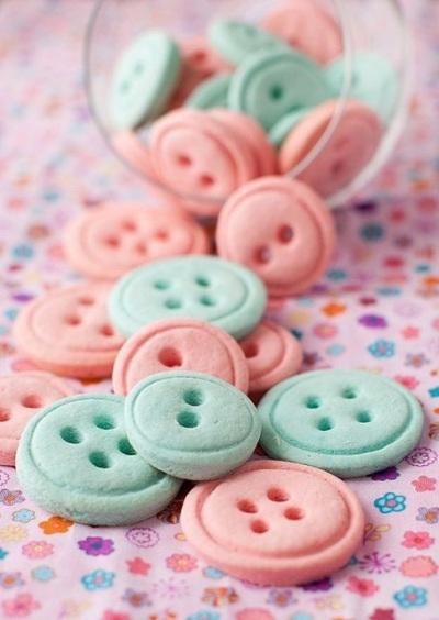 Vanilla Button Cookies. Pewarna makanan untuk adonan kue kancing ini perlu dipilih dengan baik supaya menghasilkan kue kering dengan warna menarik