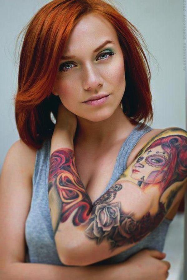 Vemos a una modelo pelirroja con tatuaje de catrina