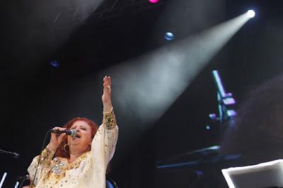 A cantora Beth Carvalho durante apresentação no Marco Zero na cidade do Recife, em Pernambuco. Foto de janeiro de 2012 — Foto: Igo Bione/Estadão Conteúdo/Arquivo
