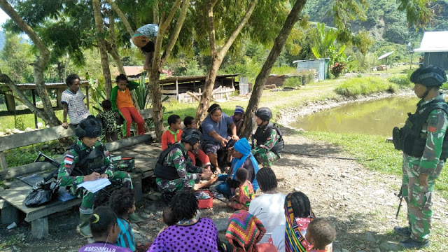 Pengobatan Door To Door, Satgas Pamtas RI-PNG Layani Kesehatan Masyarakat Kampung Karubate
