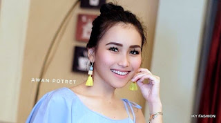 5 Gaya Fashion Ayu Ting Ting