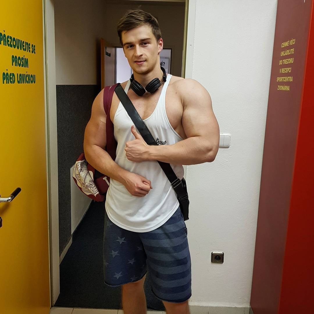 fit-studs-biceps-pavel-pivovarcik-european-bodybuilder-hunk-thumbs-up