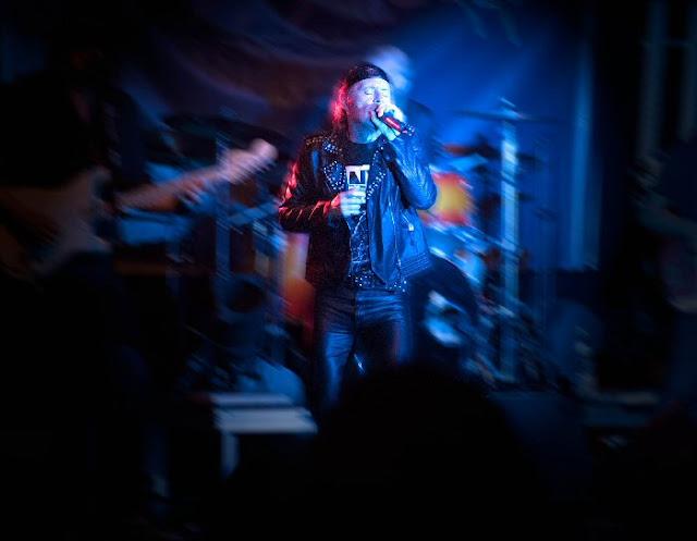 Ο τραγουδιστής Ian Parry