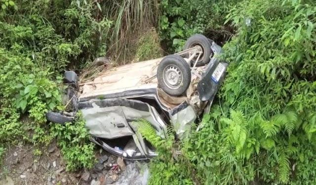 हिमाचल: अनियंत्रित होकर सड़क से नीचे लुढ़क गई कार; नहीं बच पाए 2 लोग, महिला पहुंची हॉस्पिटल