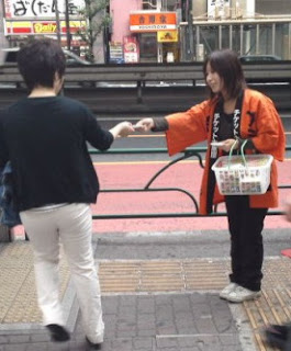 Handing out free pocket tissues with advertising in Japan