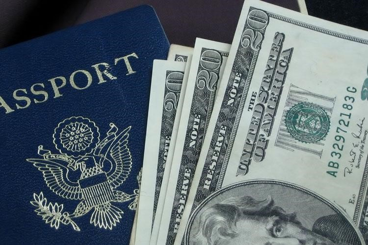 Đóng lệ phí xin visa
