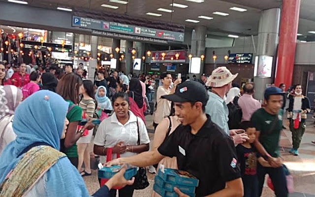 Domino's Spreads Festive Vibes at KTM Sentral & TBS Stations, Domino's Free Pizza Distribution, Domino's Pizza, Domino's Pizza Malaysia, KTM Sentral, TBS Station, balik kampung, cny 2020, lifestyle