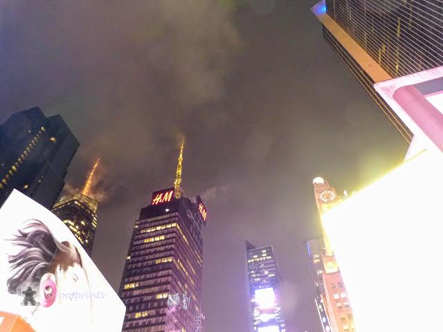 Der Times Square ist hell erleuchtet und wuselig belebt. Ueberall steigt Dampf aus den Rohren des Fernwaermesystems auf, und huellt die Umgebung in mystisches Licht