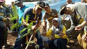 Camat Bandung Kidul Buktikan Keseriusannya Dengan Bandung Menanam