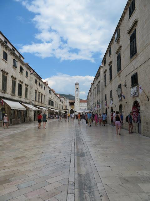 Calle Stradun con la Torre del reloj al fondo - Que ver en Dubrovnik