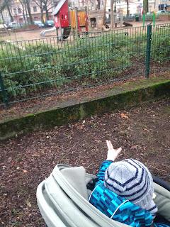 Das Kind weisst mich freundlich darauf hin, dass es aus dem Kinderwagen aussteigen möchte, um auf den Spielplatz zu gehen