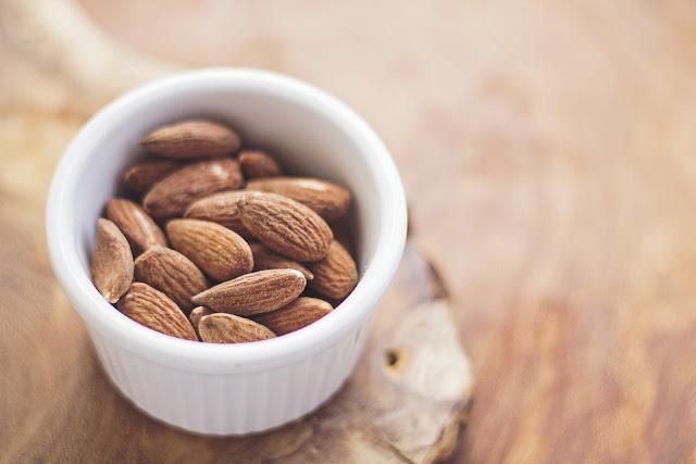 La ricetta del mese: Berrette di Cioccolato con mandorle, uvetta e datteri