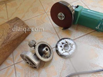 proses melepas filter oli dari bracket