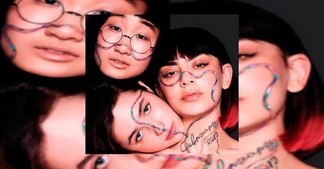 Mais uma para conta! Charli XCX lança o single 'February 2017' em parceria com Clairo e Yaeji