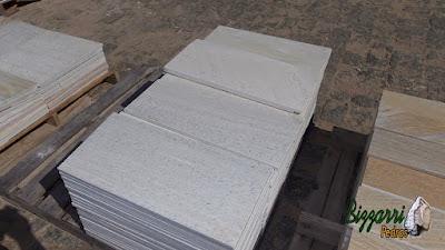 Pedra São Tomé branca tipo pedra serrada tamanho 28,5 x 57 cm muito usado para piso de pedra na piscina e em área interna e externa de residência.