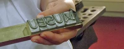 Mão com letras da palavra museu