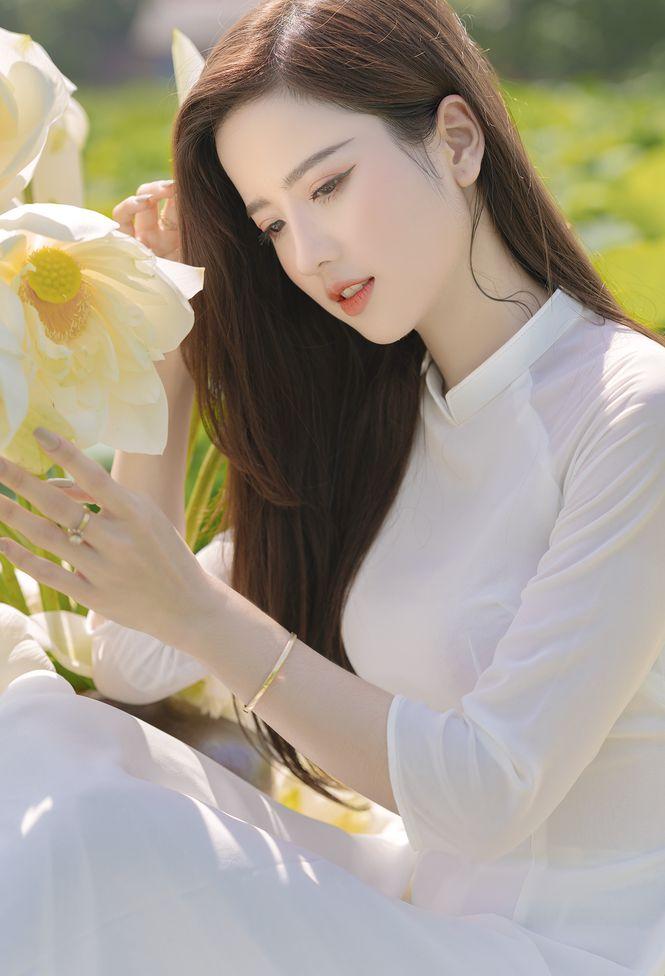 Ngắm bộ ảnh hoa khôi ĐH Ngoại Thương Thúy Đoàn bên đầm sen trắng 2