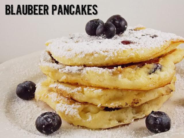 Ein Stapel amerikanischer Pancakes mit Blaubeeren