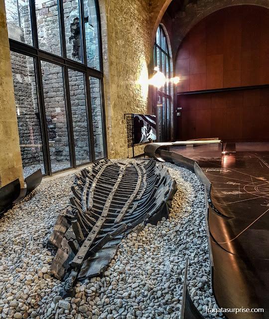 Restos da embarcação Les Sorres X, do Século 14, no Museu Marítimo de Barcelona
